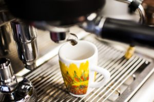 מכונת קפה וכוס קפה צהובה- חלקי חילוף למכונות